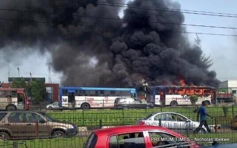 Soldiers destrouing BRT1 479x300 - Rampaging soldiers destroy Lagos BRT buses