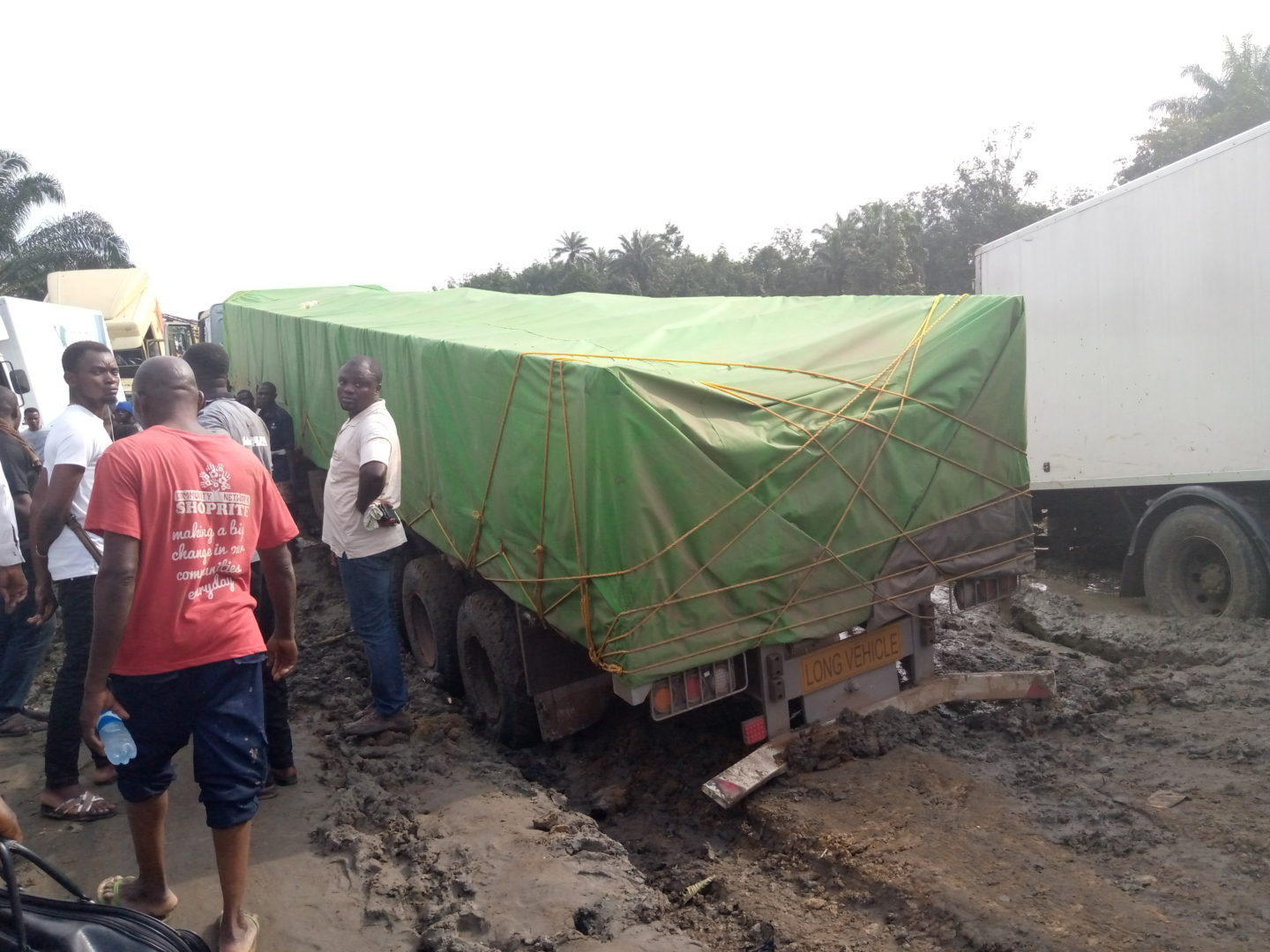 BREAKING: Thousands of Nigerians stranded on bad Sapele-Warri road - Premium Times